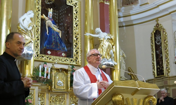 polish priest mgr edward staniek prays for the death of pope francis. Black Bedroom Furniture Sets. Home Design Ideas